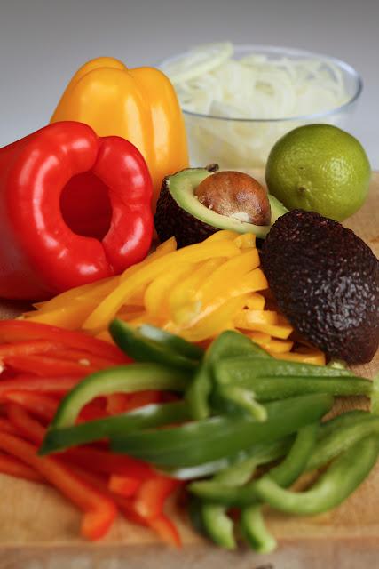 Piletina sa paprikama i avokadom u tortilji