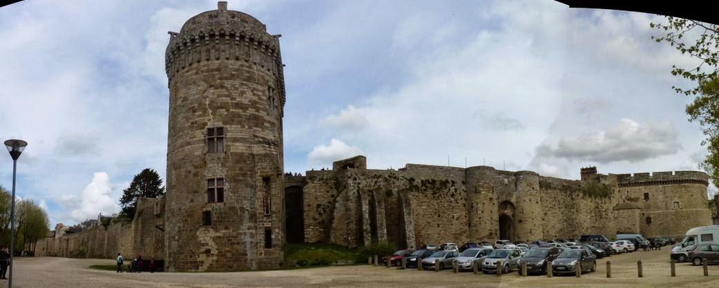 Murallas y Castillo de Dinan desde extramuros.