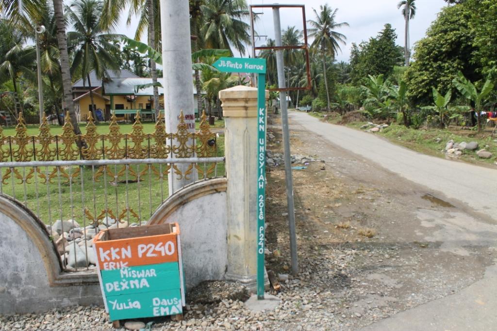 Mahasiswa KKN Pasang Petunjuk Jalan Gampong