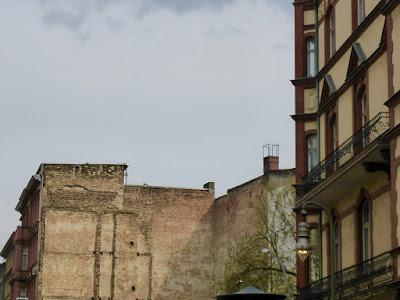 Brandmauer und altes Haus