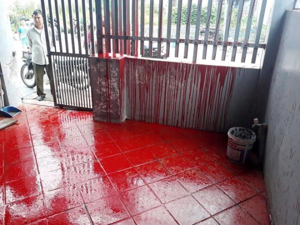 Gia đình ông Kiên bị sơn đỏ phủ kín trước cửa nhà