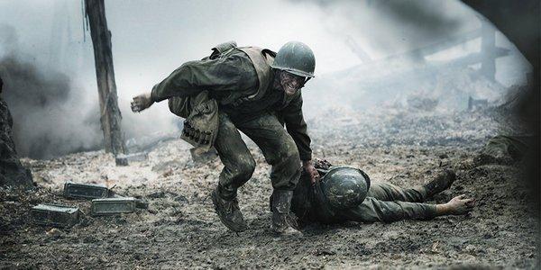 Sinopsis Film Hacksaw Ridge (2016), Desmond Doss sedang menyeret temannya dari medan pertempuran.