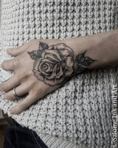 Este blackwork rosa mão da tatuagem