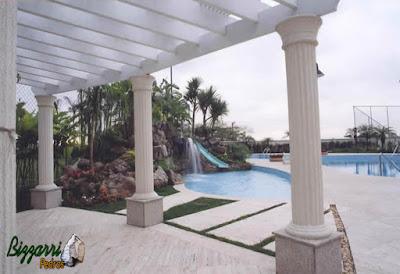Construção de cascata em piscina com pedras ornamentais com a execução do paisagismo e pergolado de madeira.