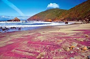 Costa de arenas moradas