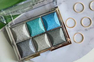 Technic paletka očních stínů. Stříbrné a modré, krásné třpytivé barvy.
