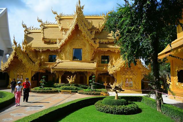 Wat Rong Khun bâtiment doré