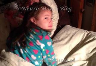 Toddler despierta en la cama en el medio de la noche