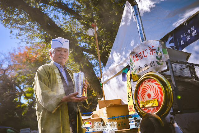 Tea leave seller in Japan | Get close to capture more affecting photo that give you personal touch