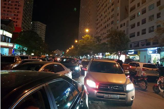 Náo loạn tại Linh Đàm vì đóng cửa bãi gửi xe lậu