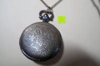 """Rückseite: AWStech Vintage """"one piece"""" Schädel Skelett Skull Quarz Tachenuhr Pocket Watch mit Halskette, Big Size, Beste Willkommen Geschenk"""