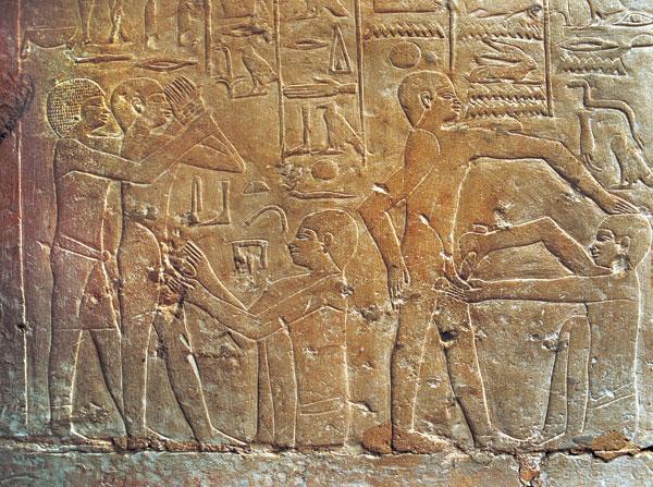 صورة للملك انخامور و احد الكهنة يقوم بلعلاج بتدليك الريفليكسولوجى