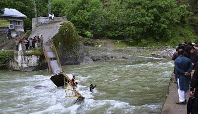Jembatan putus saat ilintasi 3 lusin mahasiswa