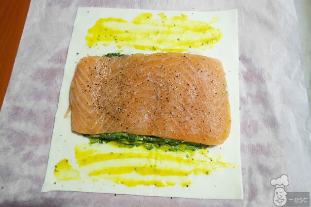 Hojaldre de salmón con espinacas. Receta de salmón wellington