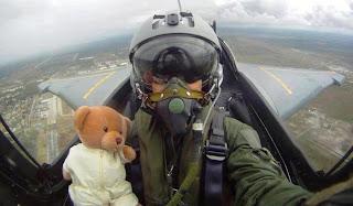 Piloto con osito de peluche