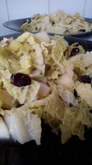 Recetas con repollo. Ensalada de repollo templada con puerros, manzana y arándanos rojos.