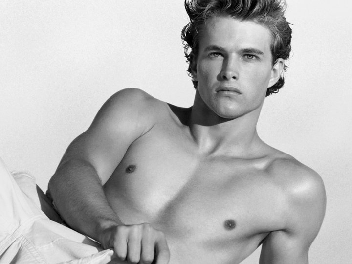 Pink & Hot: Shirtless Male Models At 2(X)IST Spring/Summer