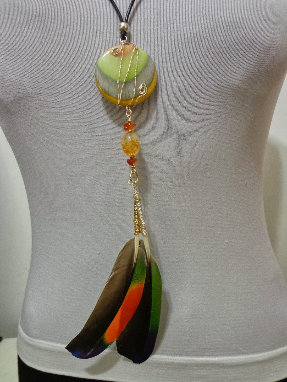 3081fd185310 Es un collar largo hecho a mano con taguas multicolor engastadas entre  alambre de goldfield y