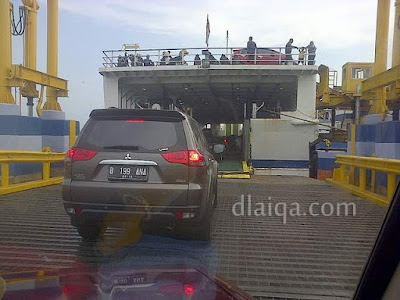 masuk ke kapal ferry