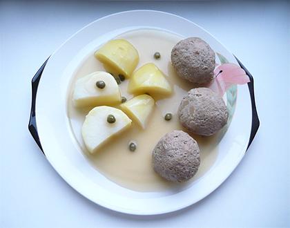 Bild von Königsberger Klopsen mit weißer Soße, Kapern und Kartoffeln auf einem Teller von Villeroy und Boch (Serie Iris)
