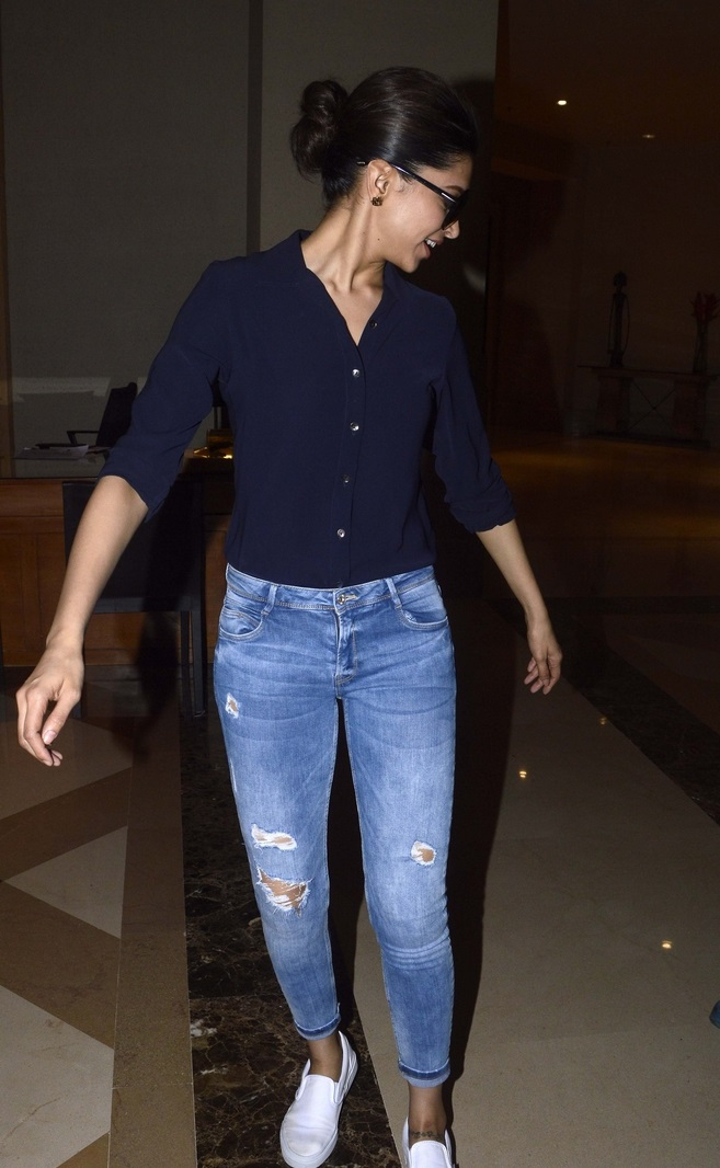 Deepika Padukone Movie Promotes Photos In Blue T Shirt ...