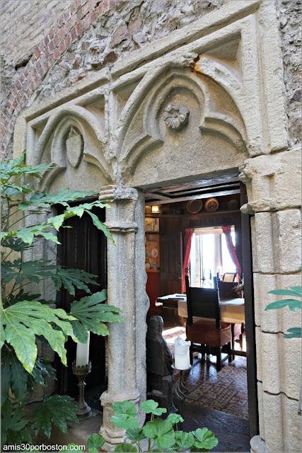 Ventanas Interiores del Castillo Medieval Hammond en Gloucester, Massachusetts
