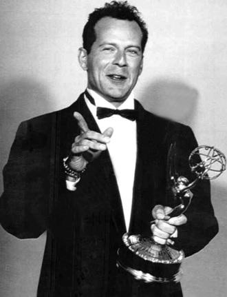 Foto de Bruce Willis feliz con premio