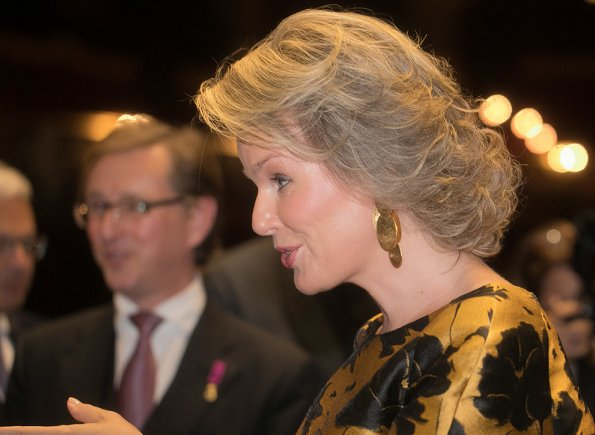 Queen Mathilde wore Natan trousers and Natan blouse and she wear Tikli Jewelry gold pleated drop earrings and cuf bracelet