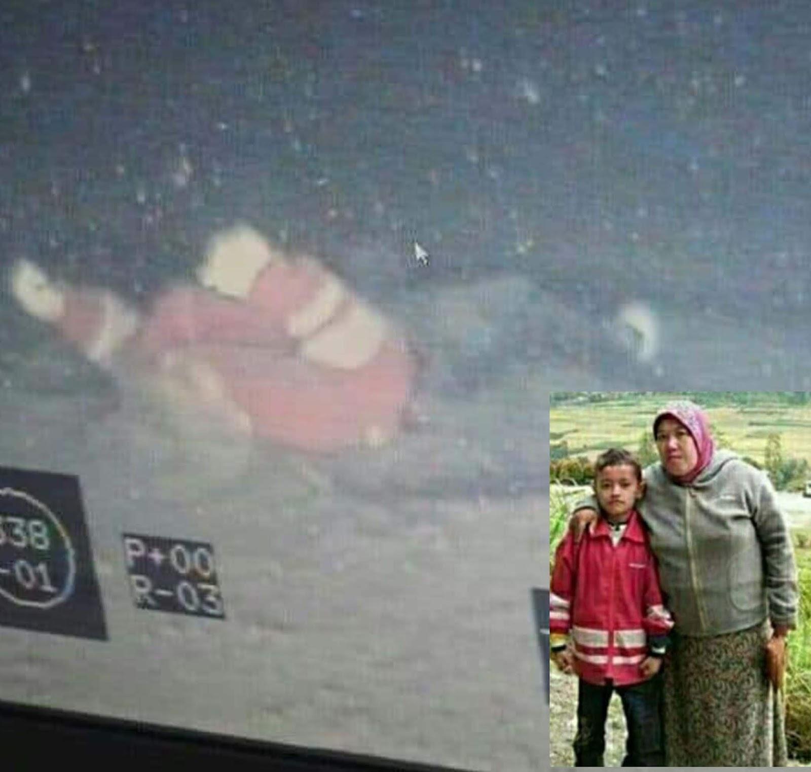 Korban KM Sinar Bangun Dika semasa hidup foto bersama ibunya yang sudah terlebih dahulu ditemukan tewas di Perairan Tigaras Danau Toba.