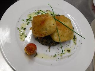 Bacalao frito en tempura y miel, sobre cama de espinacas a la catalana