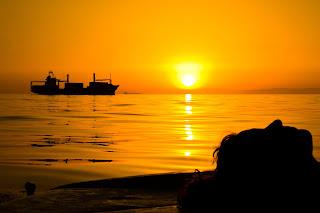 Puesta de Sol y tráfico marítimo en el mediterráneo, un contraste