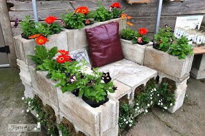 Roster Beton sebagai pot bunga sekaligus sebagai kursi taman
