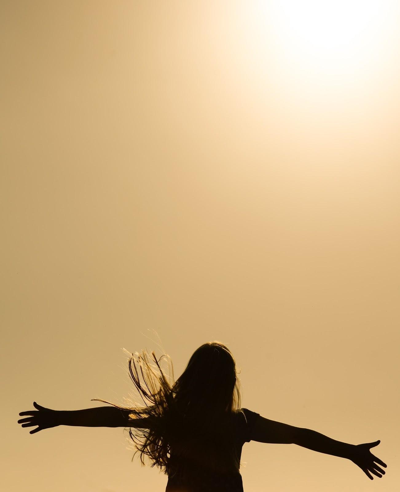 Estar em um ministério de dança requer coragem!, Mulher de braços abertos, Blog Dança Cristã, por Milene Oliveira.