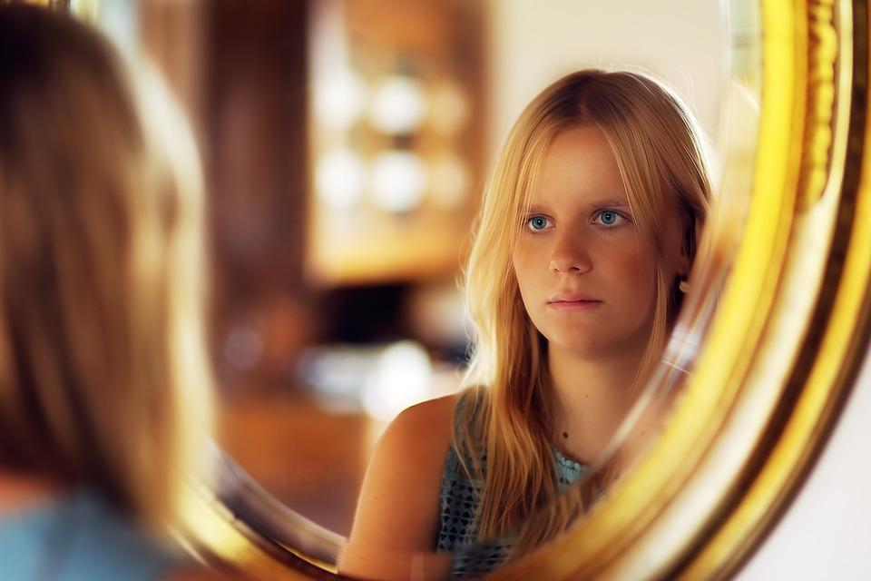 raiva-girl-blog-materno-maternidade-filhos-espelho-face-pensativo-menina-espelho-reflexão-pensativo-espelho