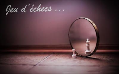 Gage D'échecs Observant Dans Le Miroir Avec une Réflexion