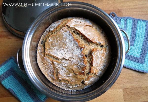 Dinkel-Bierbrot mit schwarzen Oliven und italienischen Kräutern – im Topf gebacken | Foodblog rehlein backt