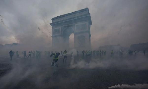 «Παγώνει» τις αυξήσεις στα καύσιμα ο Μακρόν – Νίκη για τα «κίτρινα γιλέκα»! – Ο Γάλλος Πρόεδρος παραδέχεται την ήττα του