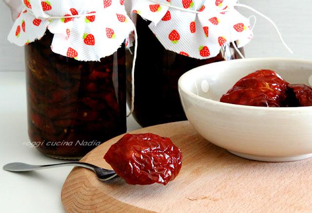 pomodori seccchi sott'olio in barattolo