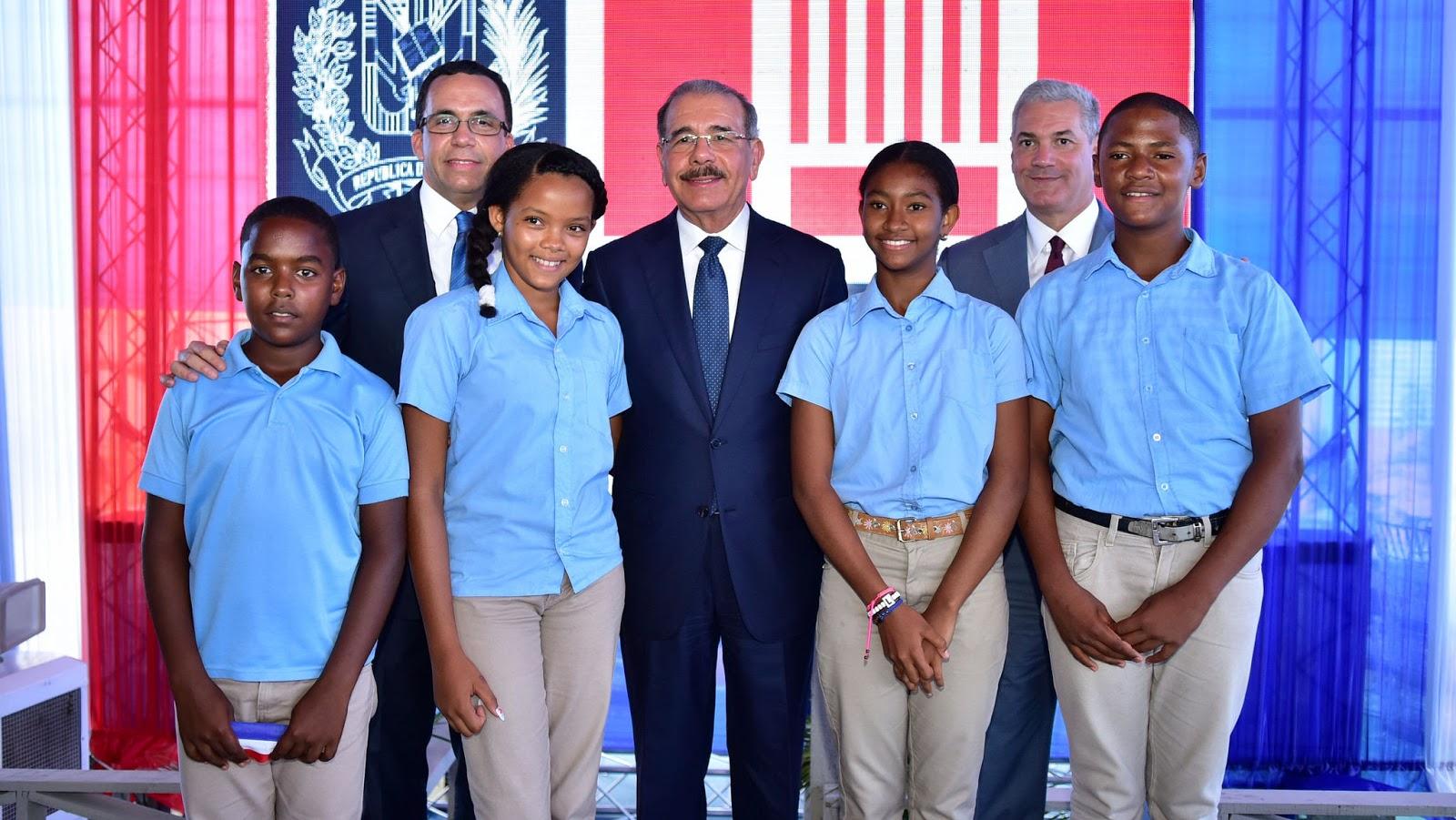 La felicidad se siente en Pueblo Viejo de Azua; Danilo entrega dos centros educativos