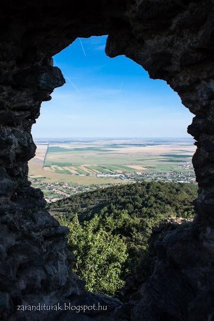 Alföldi kilátás a világosi várból a fal egy lyukán keresztül nézve