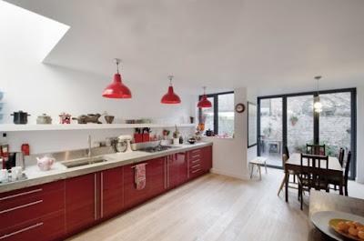 ห้องครัวสีแดงขนาดใหญ่มาก