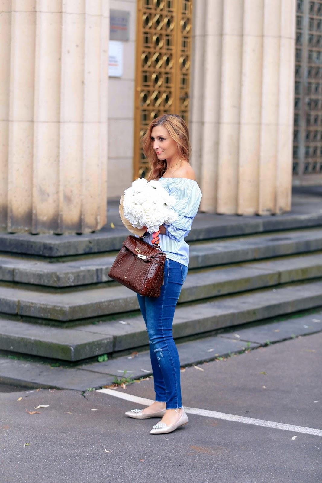 Flache-schuhe-it-einer-brosche-spitze-schuhe-offshoulder-Bluse-skinny-jeans-bloggerstyle-herbstlook-fashionstylebyjohanna