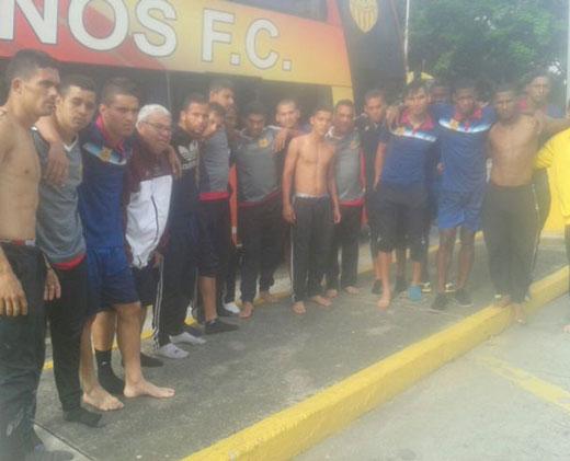 Descalzos y sin camisetas: asaltan el autobús del equipo de fútbol de Venezuela Trujillanos