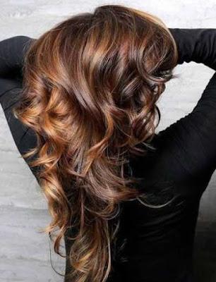 rambut coklat gelap dengan highlights karamel