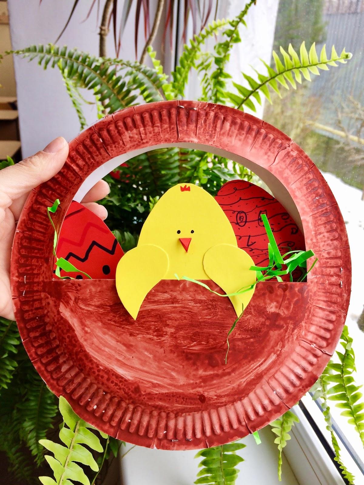 Cos cu ouă de Paști și un pui rătăcit