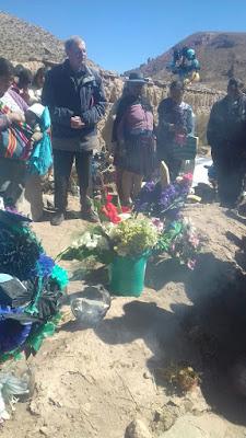 Jahrtagsmesse für den Mitbegründer des Distrikts in San Antonio de Esmoruco. Ich hatte almein bei der Messe 150 Teilnehmer. Danach gings zum Friedhof zur Grabsegnung.