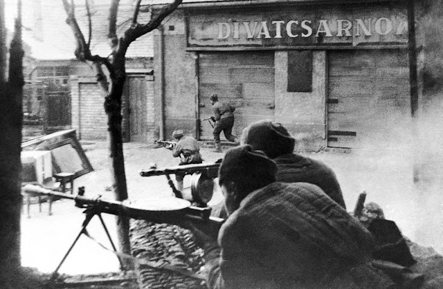 Soviet troops of the 3rd Ukrainian front in action amid the buildings of the Hungarian capital on February 5, 1945.