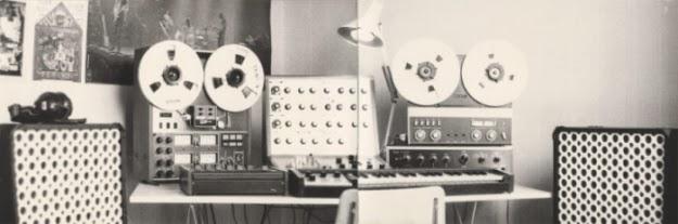 El EMS VCS3, el EMS DK2, TEAC A-3340S, TEAC 2 Audio Mixer, Revox A77 y dos altavoces LEM en el primer estudio electrónico de Pierre Salkazanov montado en su apartamento de la localidad de Plaisir, cercana a París a comienzos de 1976
