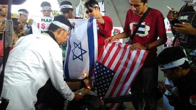 Kecam Trump, Mahasiswa di Makassar Bakar Bendera Amerika