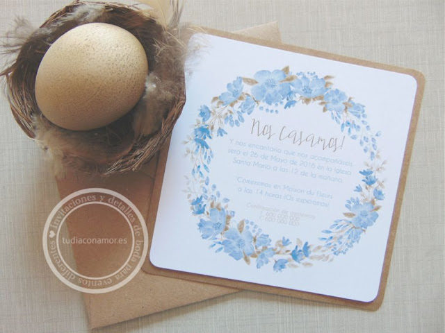 Invitación de boda con corona de flores pintadas en acuarela azul